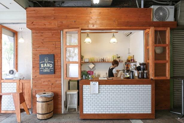 JRの高架下にあるので、ショッピングや通勤途中などに気軽に立ち寄りたい/RAVO BAKE COFFEE 神戸三宮店