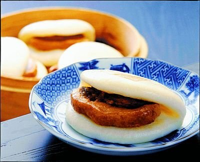「岩崎本舗」の「長崎角煮まんじゅう」(1個351円)は、じっくり煮込んだ豚バラ肉がとろけるような食感