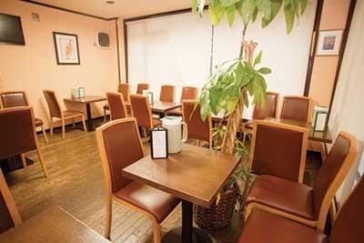 カレーハウス横浜ボンベイは、横浜市戸塚区戸塚町120斉藤ビル2F。電話は045-864-1133