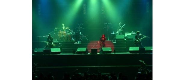 9年連続となる年末武道館公演では、めったにライブで聴けない初期のナンバーから最近のシングル曲まで22曲を披露