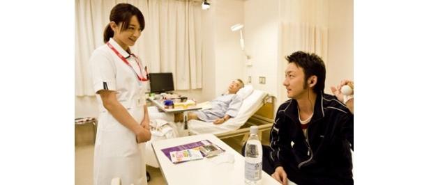 看護士役のさくらは共演者の中では波岡一喜と一番年が近く、「一番お話しさせていただきました」と振り返る