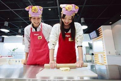 次はチキンラーメンを手作り! 麺をこねて延ばして…