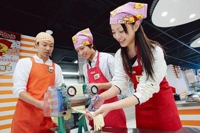 製麺機で麺状にカット!