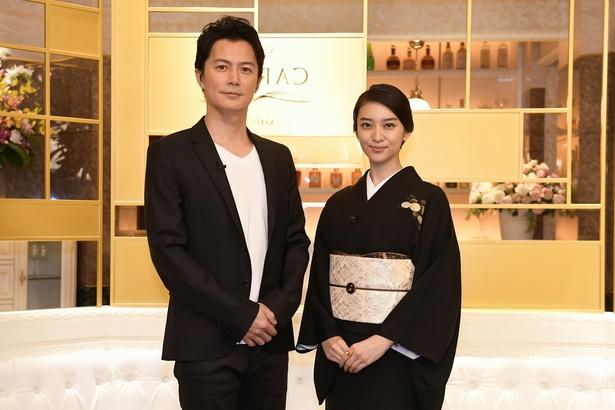 「黒革の手帖」の現場に訪問した福山雅治と主演の武井咲
