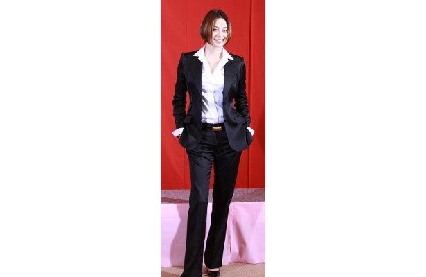 スラリ、足の長さに惚れ惚れ!スーツも似合う米倉涼子