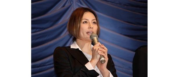 気合を入れて映画をアピールする米倉涼子