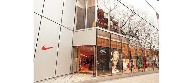 """今年は""""スポーツミックススタイル""""がトレンドに。渋谷・原宿エリアにはスポーツブランドの旗艦店が続々と増殖中で、どこも機能性だけでなくファッション性を重視している"""
