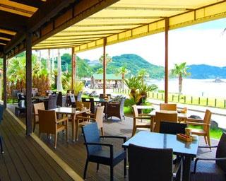 二見ヶ浦のカフェレストランの代表格「PALM BEACH 」県道54号を挟んで、目の前に二見ヶ浦の海が広がる好ロケーション