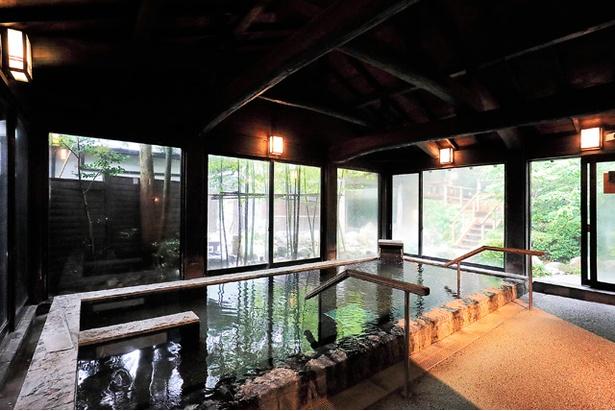 内湯にはジェット噴射が心地よいジャグジーや微弱な電流が流れる電気風呂も