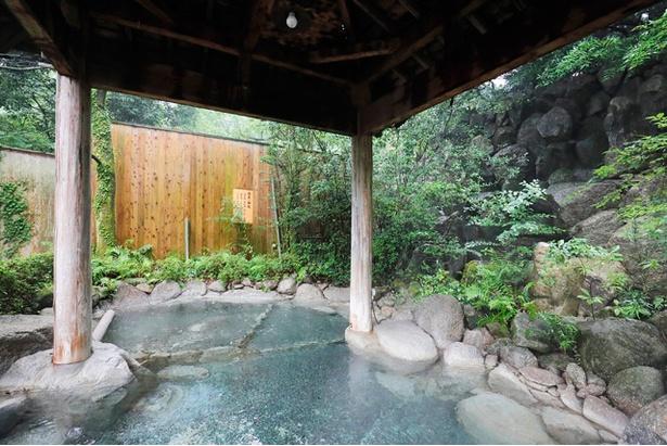 【写真を見る】目前に岩滝を望む滝見風呂。寝湯でのんびり温まろう
