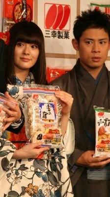 貫地谷しほりさん(左)は「雪の宿」がお気に入り!伊藤淳史さん(右)は「新潟仕込み」を食べ出したら止まらないとか
