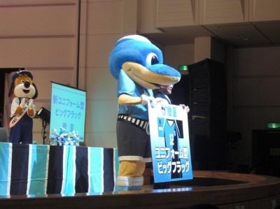 阿部孝夫川崎市長より新ユニフォーム型ビッグフラッグが贈呈された