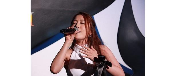 日本語版テーマソング「Sailing my life」を熱唱する平原綾香