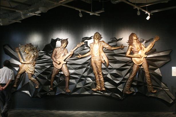 「函館コミュニティプラザ Gスクエア」に飾られているGLAYの巨大レリーフ