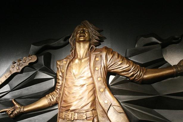 「Gスクエア」に飾られているGLAYのレリーフ(TERU)