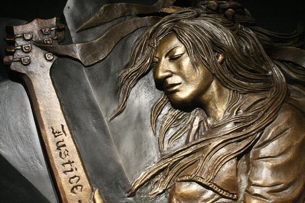「Gスクエア」に飾られているGLAYのレリーフ(HISASHI)