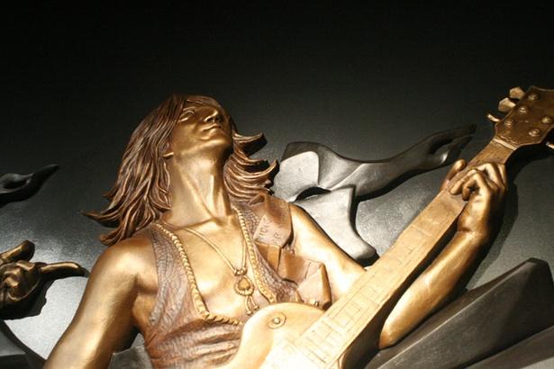 「Gスクエア」に飾られているGLAYのレリーフ(TAKURO)