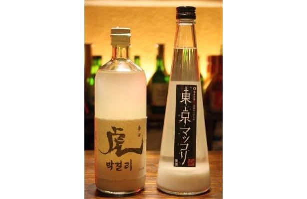 左は幻とまで言われる「虎マッコリ」(グラス860円)。ほか、日本の酒造メーカーが作る生マッコリ「東京マッコリ」(グラス1090円)/韓国創作料理 マッコリバー てじまぅる新宿店