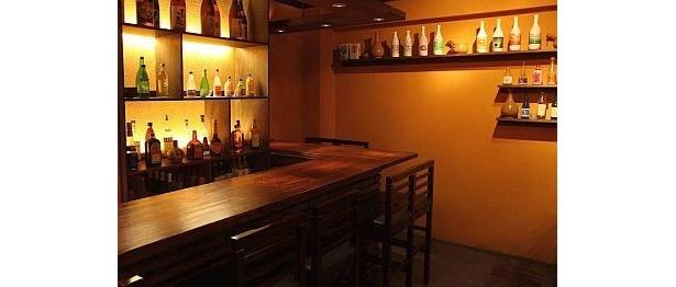 「韓国創作料理 マッコリバー てじまぅる新宿店」は、壁にずらりとマッコリが並ぶ。約50種類のマッコリと一緒に多彩な料理が楽しめる