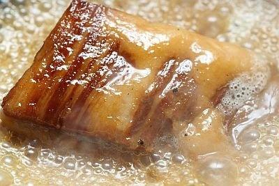 「韓国創作料理 マッコリバー てじまぅる新宿店」は、山形県荘内平田牧場の平牧三元豚を使ったメニューが自慢だ