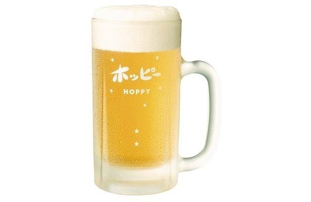 冷えたホッピーと焼酎の割合は5:1がおすすめ。見た目はまるでビールだ