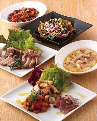「HI.SCORE kitchen」のディナーメニュー「おすすめセット」(2500円、2人〜)。前菜、サラダ、ピザ、パスタがセットになる