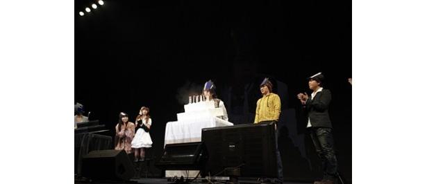 ルルーシュの誕生日ケーキが登場し、福山は「おれじゃないけど、ありがとう!」と感謝の言葉を述べた