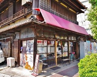 個性的な外観の「大栄軒製パン所」の店舗は主人いわく「おそらく築80年ぐらい」