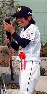 始球式で満面の笑顔を見せた片岡選手
