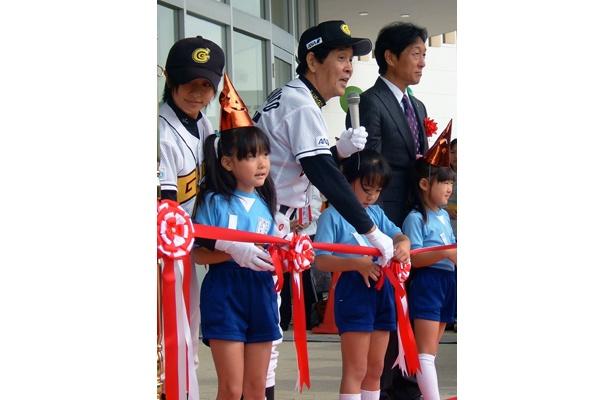 テープカットを子供たちと行う茨城ゴールデンゴールズの萩本欽一監督と片岡安祐美選手