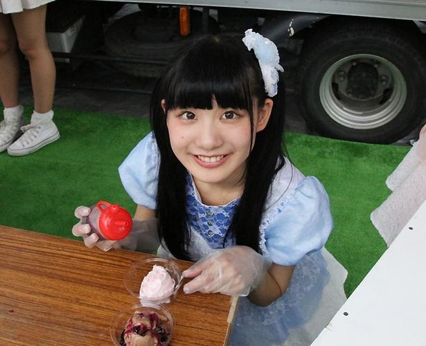 FES☆TIVEが「@JAM EXPO 2017」の飲食エリアで行われた「コラボアイスクリーム」企画に参加。こっとん(鈴木ことね)が、アイスクリームのトッピングをしてくれた