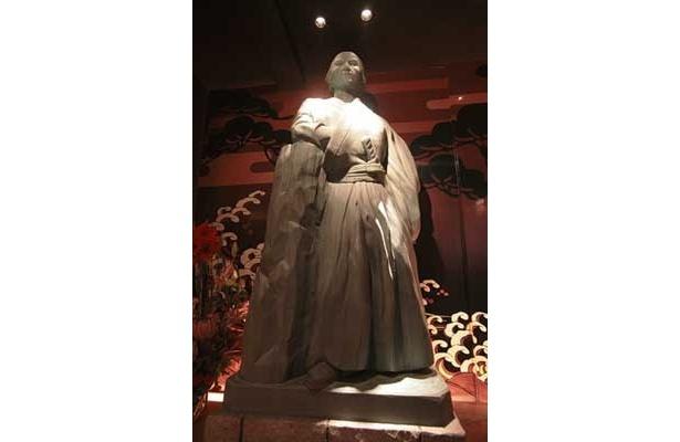 「銀座 若旦那 龍馬邸 -胡蝶蘭個室-」の店内には等身大の龍馬像も