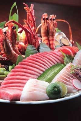 天然活け〆の刺身と無農薬野菜で鮮やかに盛り付けした名物・皿鉢料理を筆頭に、都内では珍しい一品料理がそろっている「土佐料理 祢保希(ねぼけ) 赤坂店」
