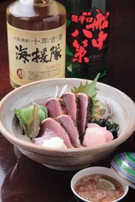 龍馬の会社名を冠し焼酎の古酒「海援隊」(グラス500円)など、龍馬色に溢れたお酒もそろっている。(土佐料理 祢保希 赤坂店)