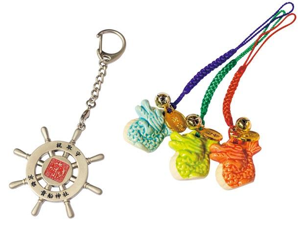 【お守り】「竜守」(右・各500円)は全6色ある。貴船神社の末社である梶取社のお守りは人生進路守護、交通安全、航海安全のご利益