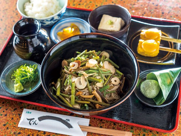 川床で提供される「山菜そばセット」(2592円)/そば伝兵衛