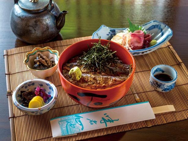 焼いたアユを1日かけて煮込み、骨まで柔らかい、「あゆ茶漬け(上)」(1950円)/鳥居茶屋