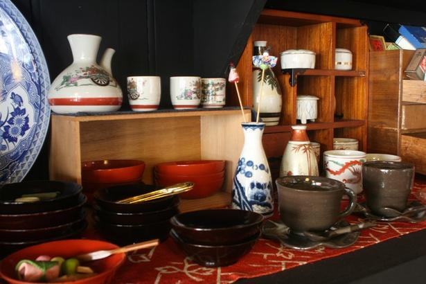 きんぎょ茶屋/店内の至るところに生活骨董雑貨の数々が並ぶ