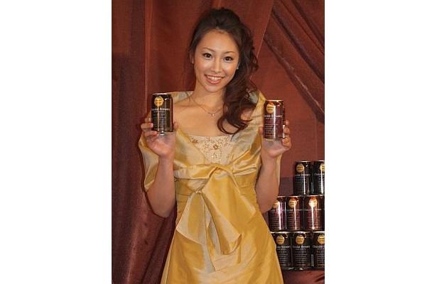 「サッポロ ショコラブルワリー」を手にする、サッポロビール2010年度イメージガールの中村果生莉(かおり)さん