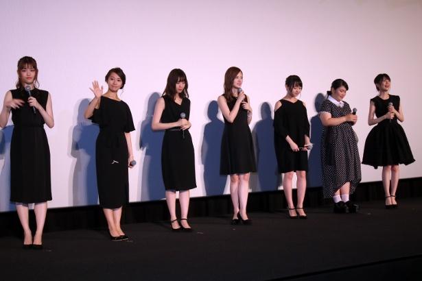 【写真を見る】乃木坂46のメンバーがそれぞれ黒のドレスで登壇