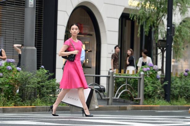 第2話では、武井咲演じる元子がピンクのワンピースで銀座の街を颯爽と歩くシーンが印象的