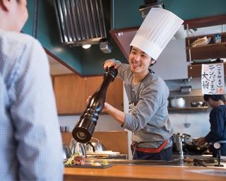 ステーキの仕上げ、大きなペッパーミルでの胡椒振りはシャッターチャンス!