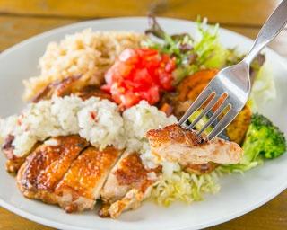 鶏モモの一枚肉をヨーグルトや10種のスパイスに漬け込み焼いた「タンドリーチキンプレート」(850円)