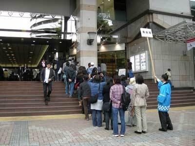 行列は一時、駅前広場までのびた