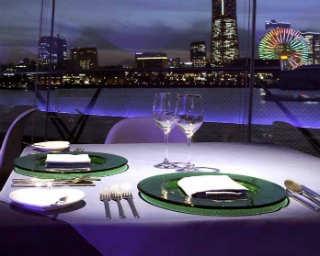 海に浮かぶレストランでみなとみらいの絶景をふたり占め!