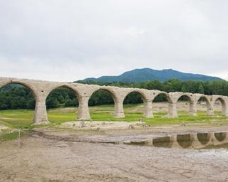 「死ぬまでに一度は見たい日本の絶景」に選ばれるほど美しいタウシュベツ川橋梁