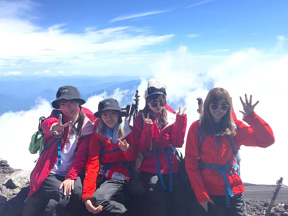 """SILENT SIREN、富士山の""""てっぺん""""まで登る!"""
