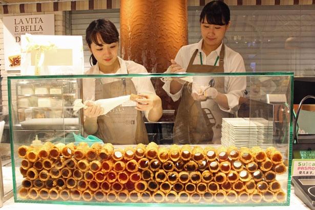 目の前でリコッタチーズクリームをたっぷり詰めて提供してくれる
