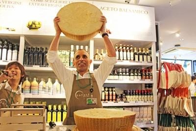重さ40kgの「パルミジャーノ・レッジャーノ」が真っ二つに!解体が進むにつれ、チーズの芳醇な香りが広がった