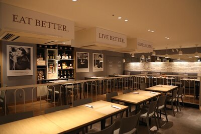 店内奥のレストランスペースは、ゆったり食事が楽しめる落ち着いた空間